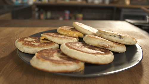 Bánh Hotteok: Bỏ qua những món với vị cay nồng, món bánh nướng hotteok lại thu hút thực khách ở vị ngọt của mật ong và vị béo của đậu phộng được giã nhuyễn được trộn với đường đen và quế. Hotteok là một món ăn đường phố của Hàn Quốc mà bạn có thể tìm được ở bất kỳ con phố nào tại Hàn Quốc. Thưởng thức bánh khi vừa nướng xong chắc chắn sẽ là một cách để làm ấm giữa tiết trời lạnh vào Đông. Ảnh: Recipe.