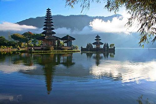 Bali (Indonesia):Hòn đảo này hội tụ rất nhiều điều kiện lý tưởng cho một chuyến du lịch cho các cặp đôi như bãi tắm với những bờ cát trắng trải dài cùng biển xanh. Ngoài ra hòn đảo còn tập trung các công trình văn hóa -tôn giáo cổ kính. Từ tháng 7 đến tháng9là thời gian lý tưởng để du khách lên lịch cho chuyến đi đảo Bali vì thời gian này tại đảo thời tiết của đảo mát mẻ, khô ráo và không có mưa dông kéo dài. Ảnh: Southeast Asia Backpacker.