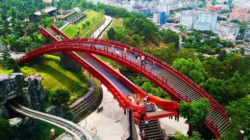 Cầu Koi Hạ LongHình ảnh cá Koi là biểu tượng của ước vọng, lòng kiên trì và sức mạnh trong văn hóa Nhật Bản.Cây cầu được xây dựa theo nguồn cảm hứng trên,nổi bật với màu đỏ nằm trong một khu du lịch ở Hạ Long. Đừng từ vị trí cao nhất trên cầu, du khách sẽ có cơ hội ngắm cảnh vịnh Hạ Long từ xa. Với vẻ đẹp khác lạ, kiến trúc độc đáo, bắt mắt, ngay từ khi ra mắt, cầu Koi đã thu hút sự chú ý và đón đông đảo du khách đến tham quan, chụp ảnh.