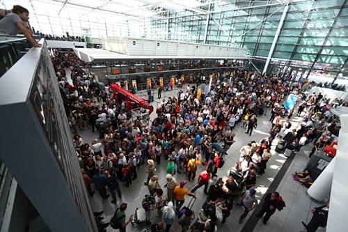 Hành khách chờ trong sân bay Munich vào 27/8. Ảnh:Matthias Schrader/AP.