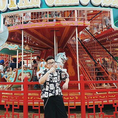 Giá vào cửa khu du lịch khoảng 200.000 đồng. Ngoài cầu Koi, bạn có thể tham gia các trò chơi cũng như chụp ảnh với nhiều tiểu cảnh khác như Vòng quay Mặt trời, Cáp treo Nữ hoàng...Ảnh: @hipt2511.
