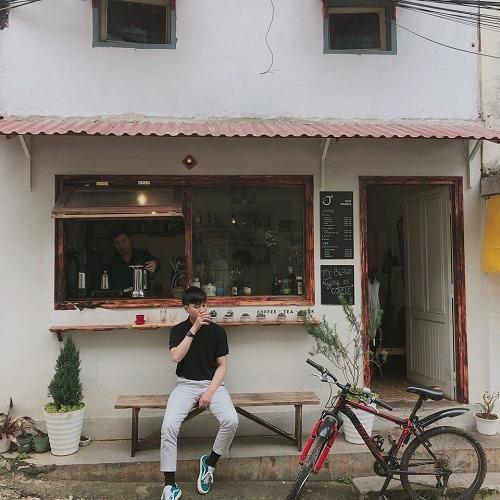 Le J' Cafe:Đà Lạt vốn là thánh địa của các quán cà phê với nhiều cách bàitrí bắt mắt,là điểm check-in của nhiều khách du lịch. Nhưng Le J' Cafe hơi ít người biết. Quán khá nhỏ và mang phong cách tối giản của người Nhật. Ở đây chỉ cóvài ba chiếc ghế cho khách ngồi nhâm nhi tách cà phê nóng nghi ngút khói, tận hưởng bầu không khí đúng chất bình yênvốn có của Đà Lạt.Ảnh:Phan Ky.