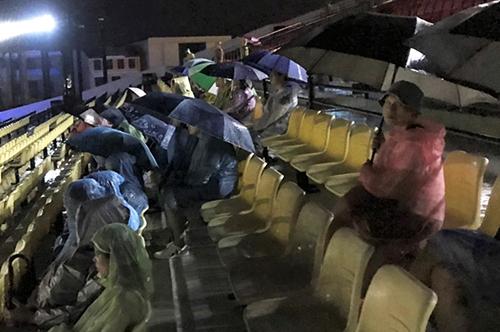 Khán giả đội mưa xem biểu diễn hồi cuối tháng 8.