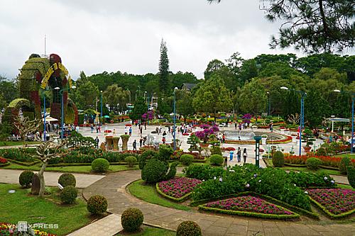 Vườn hoa Thành phố là một trong những điểm tham quan đông khách vào các dịp lễ ở Đà Lạt. Ghi nhận sáng 1/9, điểm đến này khá vắng vẻ. Giá vé 50.000 đồng một người. Ảnh: Phong Vinh.