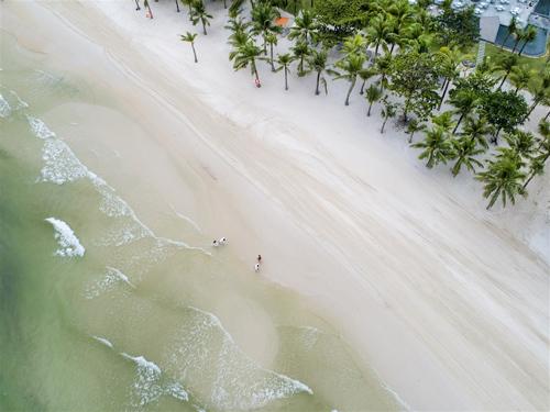 Bãi Kem gây ấn tượng nhờ cát trắng mịn, những bãi đá hoang sơ... Ảnh: Cao Nguyên.