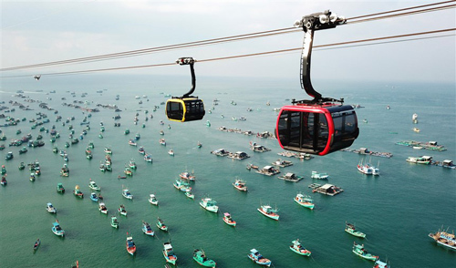 Cáp treo sẽ đưa bạn ra đảo Hòn Thơm để trải nghiệm nhiều hoạt động thú vị như lặn biển, chèo thuyền kayak, lướt ván. Ảnh: Cao Nguyên.