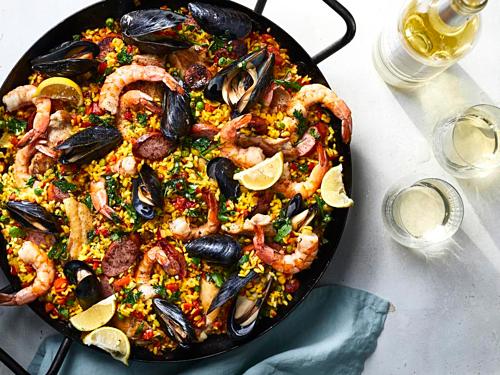 PaellaPaella là món ăn có xuất từ thành phố biển Valencia, Tây Ban Nha. Trước khi được coi là đặc sản,paella là món cơm trộn thập cẩm cho người nghèo. Món ăn là cơm rang được trộn với các nguyên liệu có sẵn như thịt gà, thịt thỏ, đậu xanh, cà chua và bất cứ những thứ gì bắt hay mua được với giá rẻ.Ngày nay món ăn này được biến tấu thành nhiều các hương vị khác nhau, nhưng phổ biến nhất vẫn là những món paella hải sản được nhiều nhà hàng Tây Ban Nha ưa chuộng. Ảnh: My Recipes.