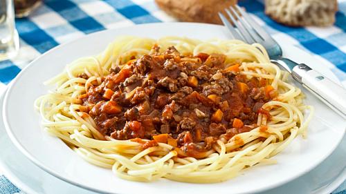 SpaghettiTừ thế kỷ 17 đến 18, pasta (tên gọi chung của các loại mỳ Italy) là món ăn đường phố, dùng tay bốc ở thành phố Napoli. Quy tắc ăn loại mỳ này là không được để sợi mỳ bị đứt và điều đó đã thu hút du khách đến đây mua spaghetti của người nghèo để xem họ biểu diễn màn ăn mỳ đầy kịch tính. Đến thế ky 20, Italy trở thành một món ăn cho mọi gia đình và được ưa chuộng đến tận ngày nay.