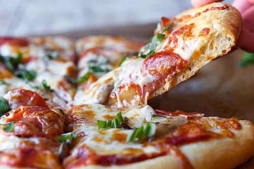 PizzaPizza xuất hiện trước Spagetti, và được nhiều người tin rằng nó có nguồn gốc từ đảo Appennini trước công nguyên. Ban đầu pizza là một loại bánh mì bản dẹt được rắc một chút nguyên liệu và hương vị, món ăn dành cho người nghèo và những người hay di chuyển.Các loại bánh pizza vào thời đó rất dễ làm với những nguyên liệu có sẵn như tỏi, mỡ, muối, phô mai được làm từ sữa ngựa được thêm một chút húng quế và cà chua. Pizza chỉ thực sự đổi đời vào năm 1889 trong chuyến thăm của vua Umbreto I và nữ hoàng Margherita.