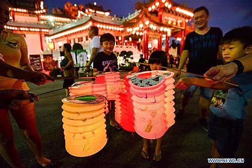 Malaysia: Tương tự nhiều quốc gia châu Á, người Malaysia cũng làm bánh Trung thu, thắp đèn lồng vào ngày rằm tháng 8. Ba hoạt động không thể thiếu trong tết Trung thu là ngắm trăng, ăn bánh và rước đèn. Người Malaysia sẽ rước đèn lồng cùng đoàn múa lân dọc các con phố khiến không khí của ngày lễ vô cùng sôi động. Ngoài các loại bánh truyền thống hình tròn bánh Trung thu ở đây cũng được sáng tạo theo nhiều hình dáng bắt mắt. Ảnh: NEWS.