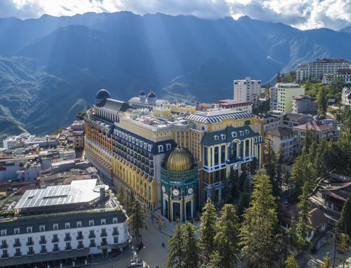 Trong đó, CNN nhận định sự xuất hiện của khách sạn mới nhất và được xếp hạng 5 sao quốc tế đầu tiên đang nâng tầm bộ mặt Sa Pa.