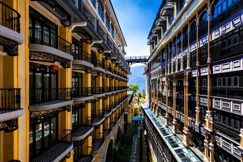 Đặc biệt, nội thất của khách sạn với 249 phòng đều xuyên suốt câu chuyện thú vị về thời trang Pháp và văn hóa bản địa Sa Pa độc đáo này.