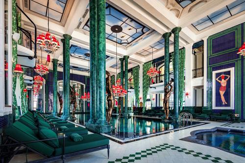 Một trong số những điểm nổi bật nhất của khách sạn là spa trong nhà và hồ bơi có tên Le Grand Bassin, được thiết kế như một cảnh trong bộ phim của đạo diễn Wes Anderson. Khách sạn cũng ấn tượng với một phòng họp rộng 435 m2 và câu lạc bộ dành cho trẻ em.