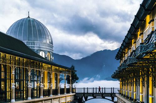 Khách sạn quyến rũ mang tên Hotel de la Coupole – MGallery được thiết kế bởi Bill Bensley – nhà thiết kế nổi tiếng đứng sau những khách sạn tuyệt vời nhất châu Á như Rosewood Luang Prabang và Shinta Mani Wild của Campuchia.