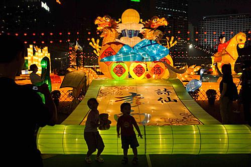 Trung Quốc:Đâylà một trong những quốc gia đón Trung thu lớn nhất thế giới với nhiều sự tích, truyền thuyết được lưu truyền. Lễ hội được cho là bắt đầu từ thời Đường Huyền Tông vào đầu thế kỷ thứ 8. Vào dịp này, cả gia đình sẽ sum vầy bên mâm cỗ cúng trăng. Hai loại bánh không thể thiếu là bánh nướng và bánh dẻo. Đêm rằmtháng 8 người Trung Quốc thường treo đèn lồng trước cửa, thả hoa đăng và thắp đèn Khổng Minh lên trời để cầu may mắn. Trẻ em cũng có lễ rước đèn, múa lân sư rồng. Ảnh: Michael Coyne.