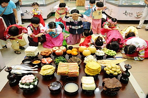 Hàn Quốc:Lễ rằm tháng 8 ở Hàn Quốc được gọi là Chuseok, kéo dài trong 3 ngày. Đây là thời gian đoàn tụ gia đình đặc biệt quan trọng ở xứ sở kim chi. Nghi thức quan trọng nhất trong lễ Chuseok là Beolcho và Seongmyo. Việc này giống như lễ Thanh minh ở Việt Nam để tưởng nhớ về công ơn của ông bà, tổ tiên. Ngoài các thực phẩm thu hoạch được từ vụ mùa, ẩm thực trong tết Chuseok còn có bánh Songpyeon màu sắc hình bán nguyệt, canh khoai sọ và rượu Baekju. Trong ba ngày lễ cũng diễn ra nhiều hoạt động cộng đồng và trò chơi truyền thống. Ảnh: Seoulbeats.