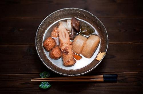 OdenLà một món ăn yêu thích của mùa thu Nhật Bản, Oden là lựa chọn hoàn hảo khi người dân muốn ăn trưa hoặc tối một cách nhanh gọn. Món ăn truyền thống này gần giống món lẩu, nhưng cách chế biến lại tương tự các món hầm. Nguyên liệu nấu Oden thường là củ cải trắng, trứng gà, đậu, các loại chả cá, bạch tuộc, gân bò... Du khách có thể ăn món này tại các nhà hàng, hoặc mua ở siêu thị. Nó được bán ở hầu hết các cửa hàng tiện lợi.