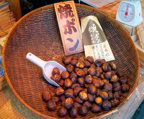 Hạt dẻNgười dân thường rang chín hạt dẻ (yaki-kuri), nấu cùng cơm (kurigohan) hoặc làm kẹo (kuri kinton). Món kẹo hạt dẻ được chế biến bằng cách hấp, nghiền nhuyễn trộn cùng một loại đường rồi nặn thành các hình thù khác nhau. BÁnh hạt dẻ cũng là món bạn nên thử. Món bánh này được chế biến thành nhiều loại như bông lan kem hạt dẻ, bánh pie hạt dẻ, bánh tart hạt dẻ...