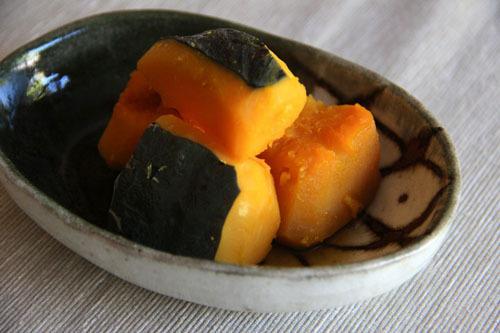 Bí đỏMặc dù có sẵn quanh năm, nhưng bí đỏ tại Nhật bản có hương vị ngon nhất vào mùa thu. Vỏ bí đỏ màu xanh, bên trong màu cam, được chế biến thành nhiều món ăn như tempura chiên giòn om cùng nước tương, làm nước dùng dashi hoặc đơn giản là luộc qua trong nước.