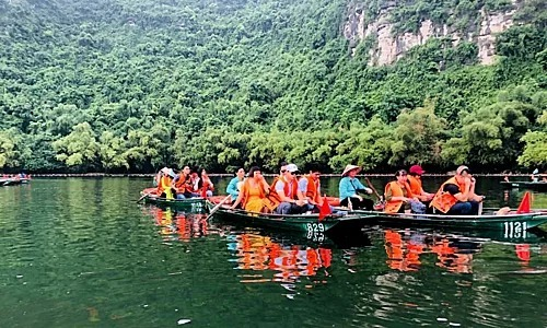Giá vé các tuyến tour tham quan Tràng An là200.000 đồng với người lớn, trẻ em dưới 1,4 m giá vé 100.000 đồng. Hướng dẫn viên đi cùng sẽ mất phí300.000 đồng một tour.