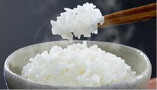 Cơm mớiVào mùa thu, người dân địa phương luôn háo hức thưởng thức Shinmai - cơm mới. Đó là món cơm được nấu từ những hạt gạo trong vụ thu hoạch đầu tiên của mùa thu. Shinmai được coi là có hương vị đặc biệt, khác hẳn với loại lúa thu hoạch quanh năm. Gạo mới này khi nấu lên mềm và ngọt hơn gạo cũ, và du khách chỉ có thể thưởng thức nó từ tháng 9 đến tháng 12. Du khách có thể ăn cơm gạo mới cùng hạt dẻ, nấm Matsuke... để làm tăng thêm hương vị. Ảnh: Tiger Corporation USA.