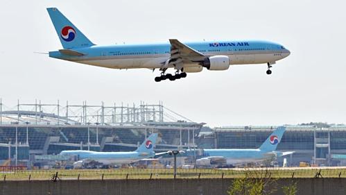 Tỷ lệ sụt giảm của tuyến du lịch Nhật - Hàn đang được phản ánh trong giá vé và lịch bay của các hãng hàng không. Hồi tháng 8, Korean Air cho biết họ đã cắt giảm sáu đường bay đến và đi từ xứ sở mặt trời mọc, bởi nhu cầu giảm do căng thẳng Hàn Quốc - Nhật Bản. Ảnh:CNN.