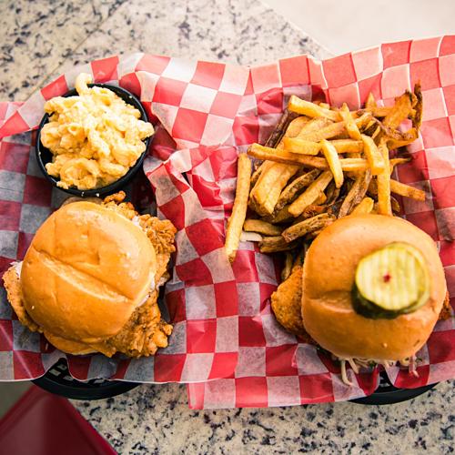Phần sandwich gà rán Bri gọi tại nhà hàng. Ảnh:Bri Hall.