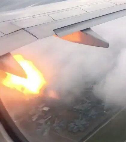Cánh máy bay xuất hiện những tia lửasau khi đâm vào đàn chim trên trời. Ảnh: Sun.