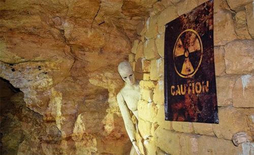 Nhiều du khách đã giật mình khi trông thấy quang cảnh khá đáng sợ trong đường hầm. Ảnh: CNN.