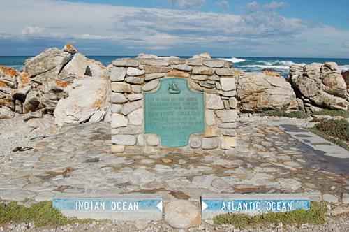 Mũi Agulhas là mũi đá nằmcách Mũi Hảo Vọng 150 km về phía nam. Một tấm bia đá được dựng lên trên bờ biển để đánh dấu nơi này, bên trái là Ấn Độ Dương, bên phải là Đại Tây Dương. Ảnh:Joachim Huber.