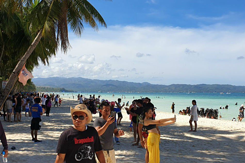 Du khách đấm cảnh sát trên bãi biển - ảnh 1