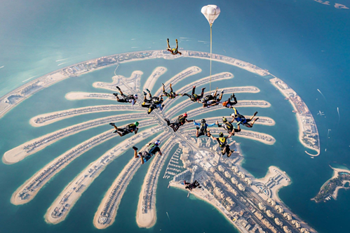 Nhảy dù trên quần đảo Palm. Ảnh: Dubai Expo 2020.