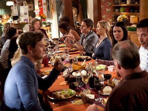 Hát trong bữa ăn sẽ mang lại điều xui xẻo và mời gọi ma quỷ. Ảnh: Insider.