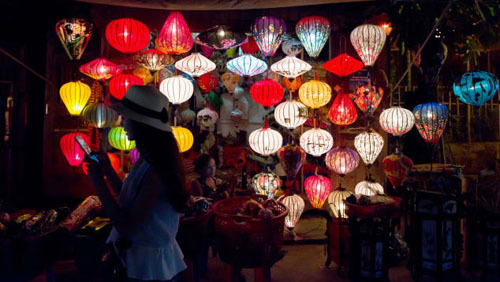 Thảđèn lồng ở Hội AnLà một trong những điểm đến đẹp nhất của châu Á, Hội An hứa hẹn sẽ không thiếu những khung cảnh nghệ thuật. Nhưng không có gì mê hoặc hơn Lễ hội Đèn lồng dịp trăng rằm.Lễ hội này được tổ chức hàng tháng, thành phố sẽ tắt toàn bộ đèn điện để cho hàng ngàn chiếc đèn lồng phát sáng trên bầu trời đêm, cả hai con đường nhỏ của phố cổ và sông Thu Bồn.Khách du lịch cũng có thể thuê một chiếc thuyền, ngồi lướt trên mặt nước để trải nghiệm không gian yên tĩnh, lắng đọng hơn.Bạn dễ dàng có thể tham gia lễ hội này: chỉ cần mua nến và chiếc đèn lồng giấy chỉ tốn vài đô – tùy thuộc vào kĩ năng trả giá của bạn- sau đó thắp nến cho vào đèn lồng và thả trôi trên dòng sông thơ mộng cùng với những điều ước hạnh phúc và may mắn.