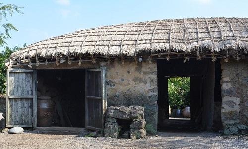 Các ngôi nhà trong làng phần lớn được xây dựng từ nham thạch. Ảnh: Alona Jeju.
