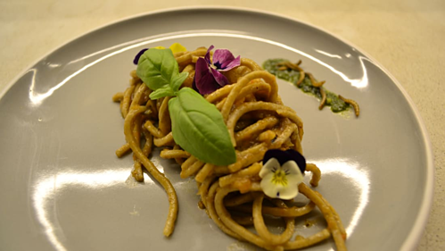 Món mỳ pasta được ăn kèm với sâu bột. Ảnh: CNN.