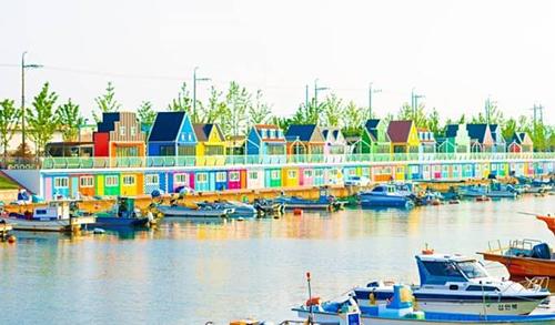 Để đến được Busan,du khách có thể đi tàu cao tốc thủ đô Seoul, thời gian là 2,5 tiếng, giá vé một chiều là 60.000 Won (1,2 triệu đồng). Trên ảnh là cảng Janglim. Ảnh: Trazy.