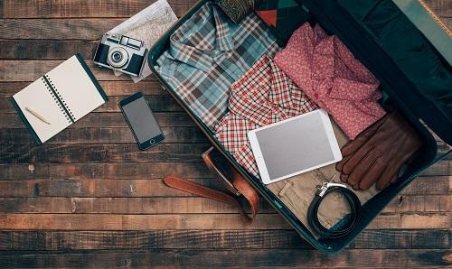 Các loại vali có nhiều ngăn khóa giúp bạn chia quần áo, phụ kiện dễ dàng hơn. Ảnh: Envato.