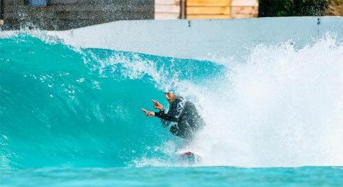 Mỗi con sóng nhân tạo tại công viên có thể cao từ đầu gối tới 2 m. Ảnh: News.
