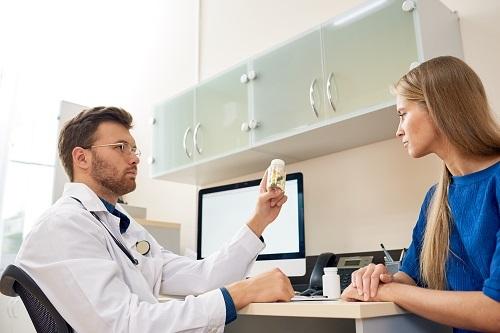 Bạn nên tham khảo ý kiến bác sĩ trước chuyến đi để có sự chuẩn bị tốt nhất. Ảnh: Envato.