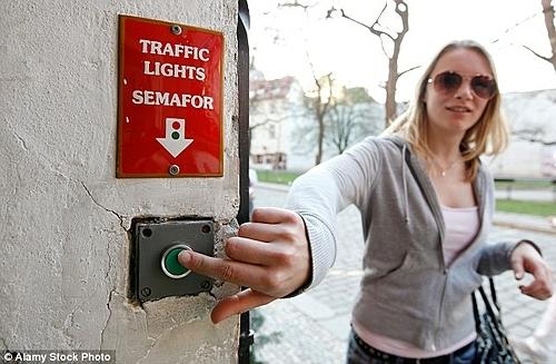 Khi muốn đi qua, bạn chỉ cần ấn nút nhỏ ở một trong hai đầu phố. Ảnh: Alamy.