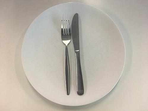 Bỏ quaquy tắc sử dụng dao,dĩaGhi nhớ quy tắc sử dụng dao, dĩa là cách để báo hiệu cho bồi bàn biết họ cần làm gì với món ăn của bạn. Đây không chỉ là vấn đề lịch sự, nó còn sẽ giúp phục vụ không bị hiểu sai ý thực khách. Ví dụ như đồ ăn trên đĩa của bạn còn ít, và bạn đi ra ngoài nghe điện thoại. Phục vụ đến dọn bàn và bê đồ của bạn đi, vì nghĩ bạn đã dùng xong nhưng trên thực tế, bạn vẫn muốn ăn tiếp món đó.Theo đó, nếu bạn đặt chéo dao và dĩasang hai bên đĩa, nghĩa là bạn tạm dừng, đặt dao và dĩa theo hình chữ thập nghĩa là bạn đang đợi món ăn kế tiếp. Nếu muốn khen bữa ăn ngon, sau khi kết thúc hãy đặt dao và nĩa nằm ngang trên đĩa và xong xong nhau. Còn nếu bạn dựng thẳng chúng, điều đó chỉ có nghĩa là bạn muốn kết thúc bữa ăn.