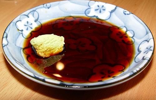 Sử dụng gừng và nước tương khôngđúng cách khi ăn sushiNhiều thực khách có thói quen chấm toàn bộ miếng sushi trong nước tương. Tuy nhiên, người Nhật chỉ đổ một lượng nước tương vừa phải vào đĩa và chấm nhẹ. Nước chấm này mặn, có hương vị riêng bieetj và bạn sẽ không cảm nhận hết được độ ngon của món ăn nếu dùng nước chấm sai cách.Gừng, gia vị truyền thống trong các món ăn Nhật Bản, không được ăn kèm trong sushi. Giữa các món, bạn nên dùng gừng để tẩy mùi của món ăn trước, chuẩn bị cho món ăn tiếp theo, giúp bạn không bị lẫn lộn 2 mùi vị.Về wasabi, bạn không nên ăn quá nhiều. Trong các nhà hàng nổi tiếng, nó được thêm vào một lượng rất nhỏ trong quá trình nấu ăn để giúp bạn cảm nhận hương vị món ăn, các thành phần rõ ràng hơn. Ảnh: NextShark.