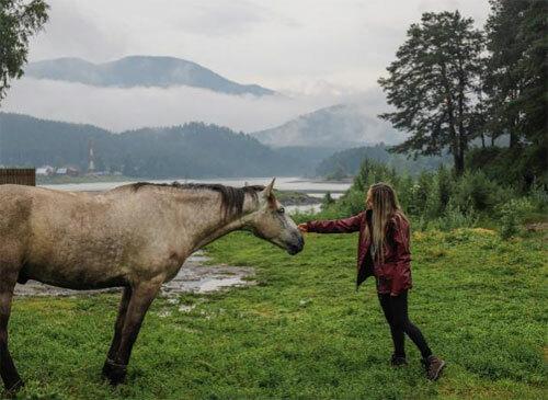 Cô phải đối mặt với thời tiết nóng bức, rồi lại lạnh cóng đến mức đóng băng. Trong một ngày lái xe ở Mông Cổ, cô trải qua các kiểu thời đối lập gay gắt: trời nắng đẹp rồi mưa rào, sau đó tuyết đổ và lại có nắng. Ảnh: News.