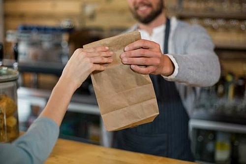 Ngại yêu cầu gói đồ ăn thừa mang vềNhà hàng đều có hộp đựng hoặc túi riêng để đóng gói thức ăn thừa.Bạn chỉ cần yêu cầu phục vụ giúp bạn gói đồ ăn mang về. Tuy nhiên cũng không nên lạm dụng điều này nếu đồ ăn còn quá ít. Bên cạnh đó, một số nhà hàng có quy định từ chối để khách mang đồ ăn về nên bạn cần hỏi nhân viên trước khi đưa ra quyết định.