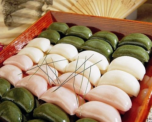 Bánh Songpyeon là món không thể thiếu trên bàn thờ tổ tiên trong lễ Chuseok. Ảnh: Future Dish.
