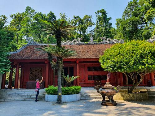 Cây vạn tuế chia làm ba nhánh có tuổi thọ lên đến hơn 800 năm tuổi ở Đền Hùng, Phú Thọ.