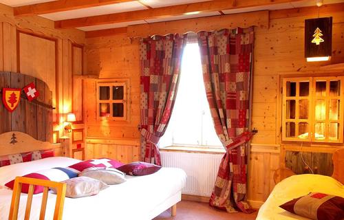 Căn phòng nơi có đường biên giới chia đôi giường. Ảnh: Logis.