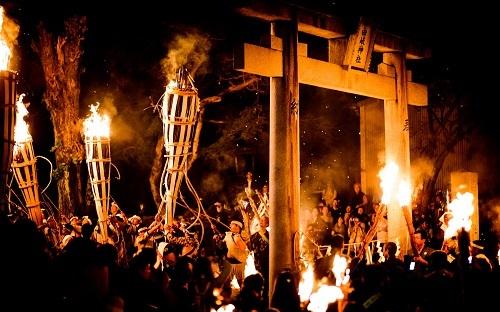 Những bó đuốc rực sáng được đưa về đền Yuki trong đêm hội. Ảnh: Regex.