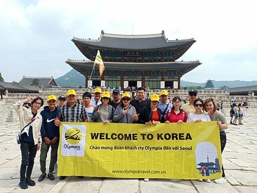 Khách đoàn của Olympia Travel tại Hàn Quốc. Ảnh: Olympia Travel.